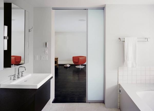 Двери для ванной и туалета: выбор и установка
